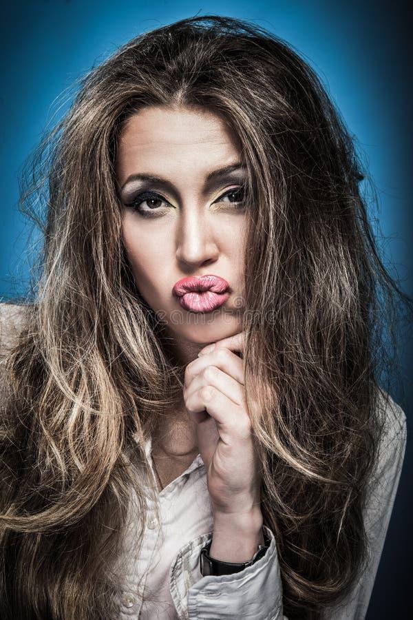 Strålande ung arg kvinna Negativt humant känsloansikte royaltyfri bild