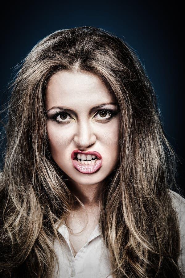 Strålande ung arg kvinna Negativt humant känsloansikte royaltyfria foton