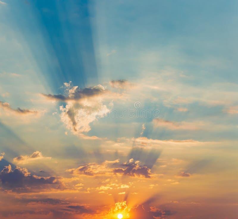 Strålar av de dramatiska molnen för sol arkivfoto