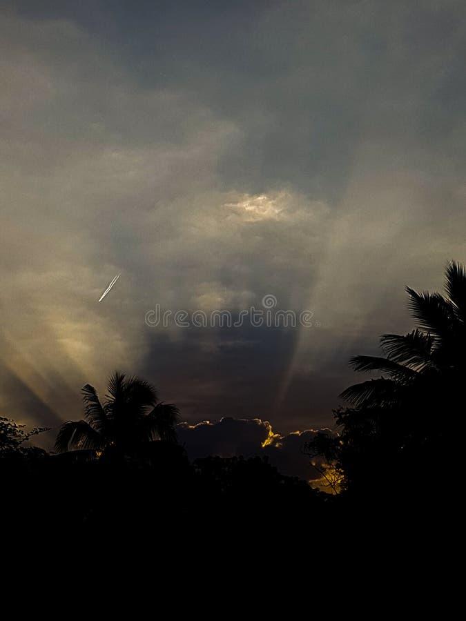 Strålar av hopp - början av dagen med soluppgång royaltyfria foton