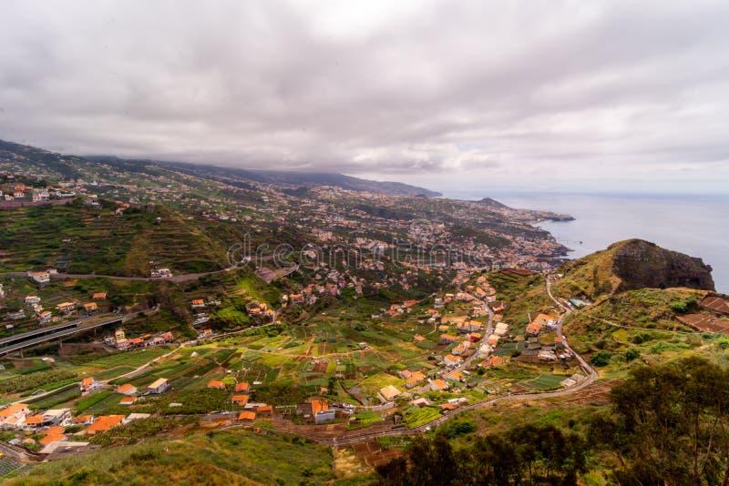 Strålar av ljus över Funchal, madeira, Portugal arkivbild