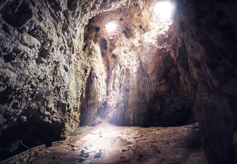 Strålar av ljus i mitt av grottan royaltyfria foton