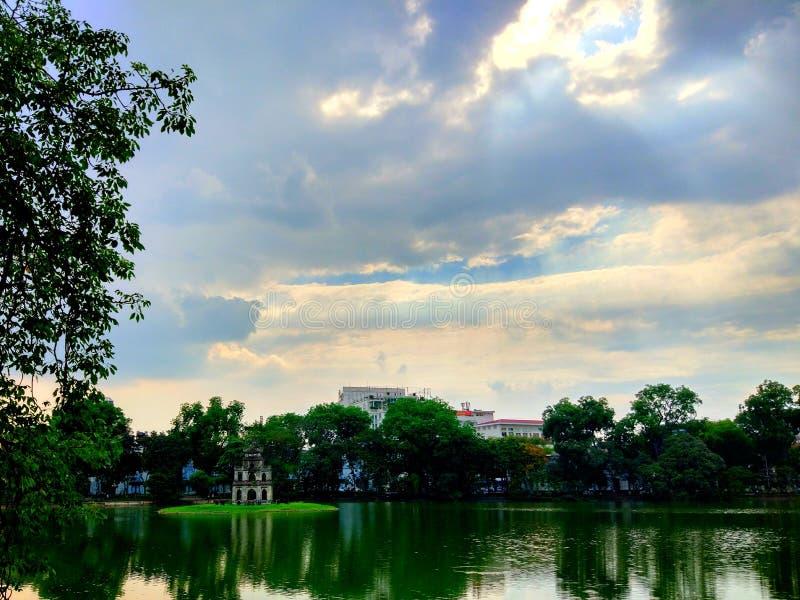 Strålar av ljus mellan himlen royaltyfria bilder