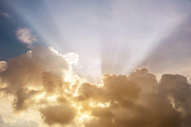 Strålar av ljus som skiner till och med moln arkivbild
