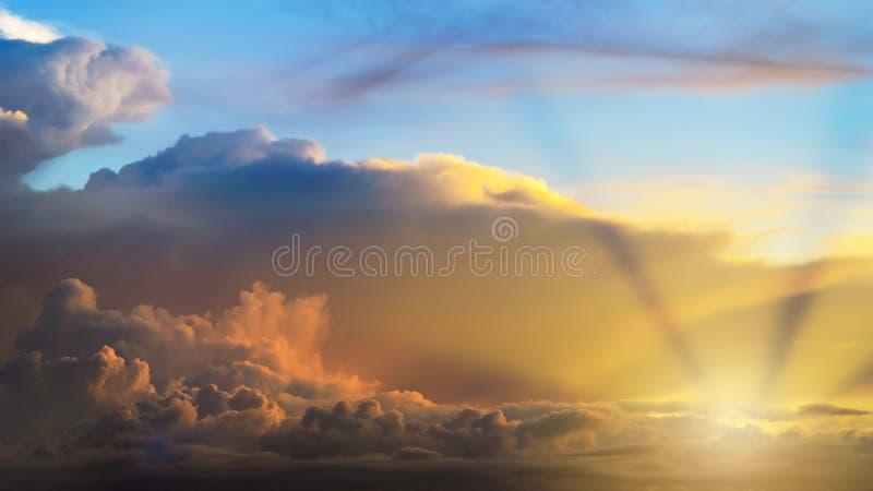Strålar av ljus som skiner till och med moln royaltyfria bilder