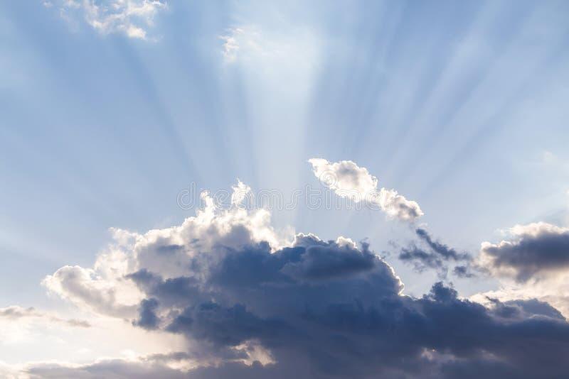 Strålar av solavbrottet till och med molnet Symbol av den gudomliga mysten arkivbild