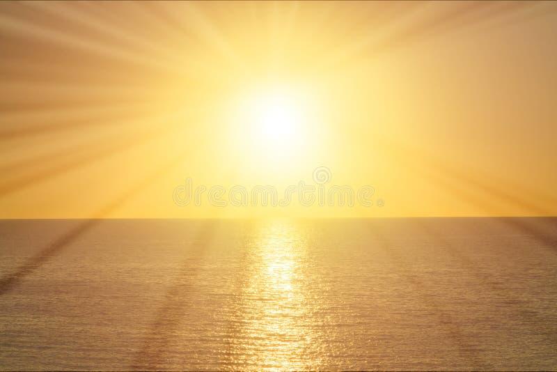 Strålar av solen på soluppgång över havet royaltyfri bild