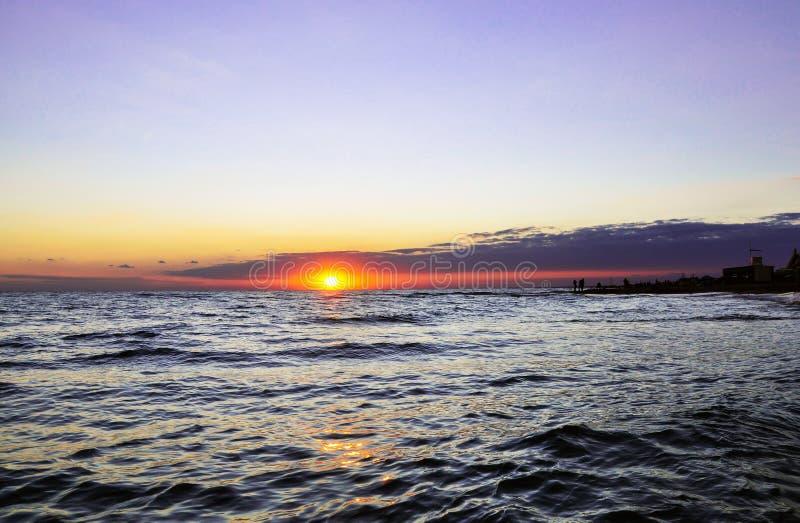 Strålar av solen som bryter till och med molnen royaltyfri foto