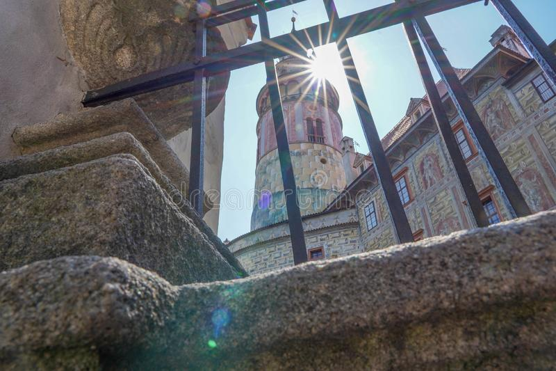 Strålar för Cesky Kromlov slottkörning royaltyfri fotografi