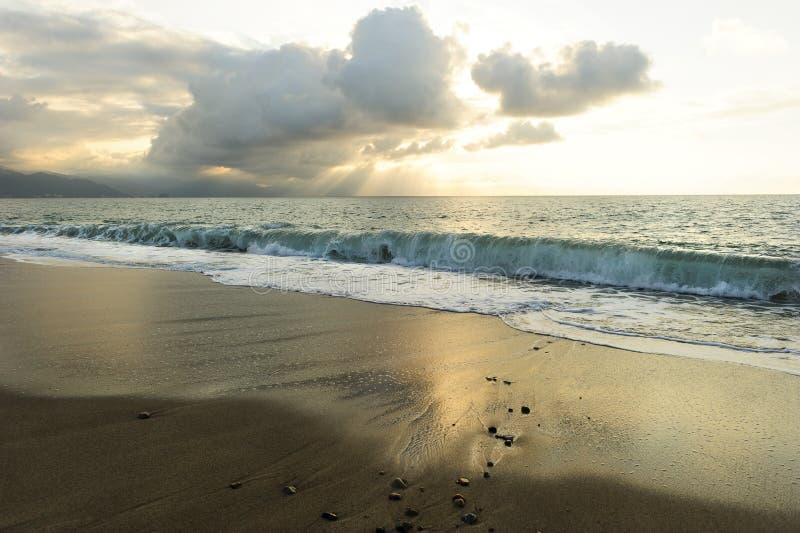 Strålar för havsolnedgångsol royaltyfri foto