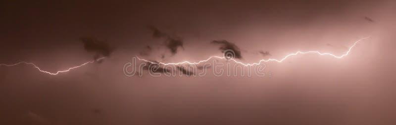 Strålar i natten arkivfoto
