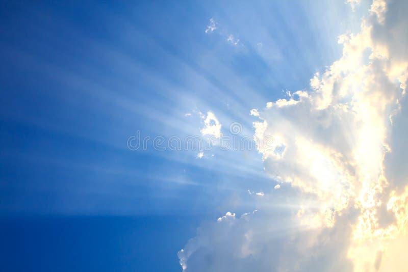 Stråle av ljus och molnen royaltyfria bilder