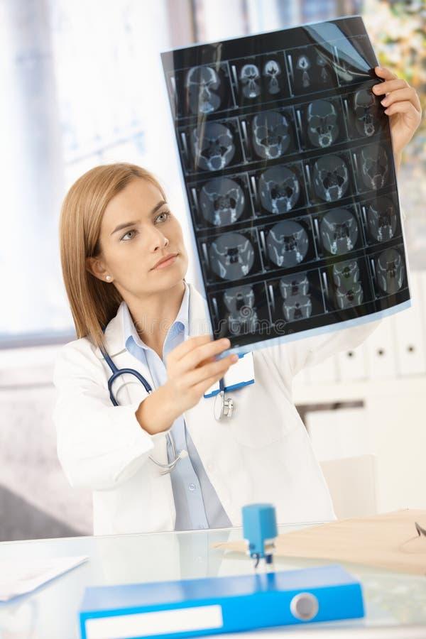 stråle för doktorskvinnligbild som studerar x-barn arkivfoton