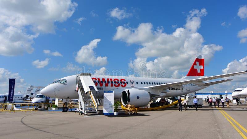 Stråle för passagerare för Swiss International Air Lines ny BombardierCSeries på skärm på Singapore Airshow royaltyfri foto