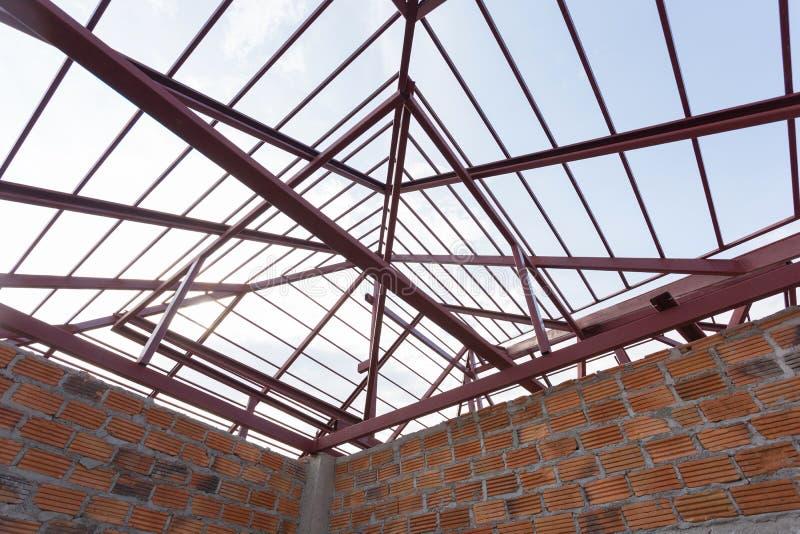 Stråle för strukturellt stål på tak- och tegelstenväggen av byggnad royaltyfri bild