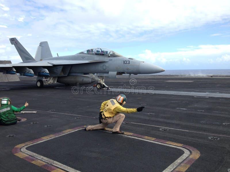 Stråle FA-18 på hangarfartyget royaltyfri fotografi