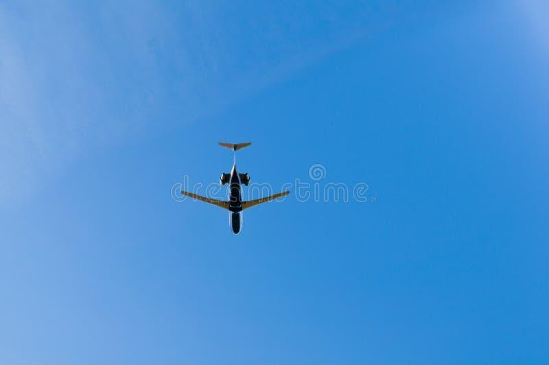 Stråle som flyger fast utgift i blåa himlar arkivfoto