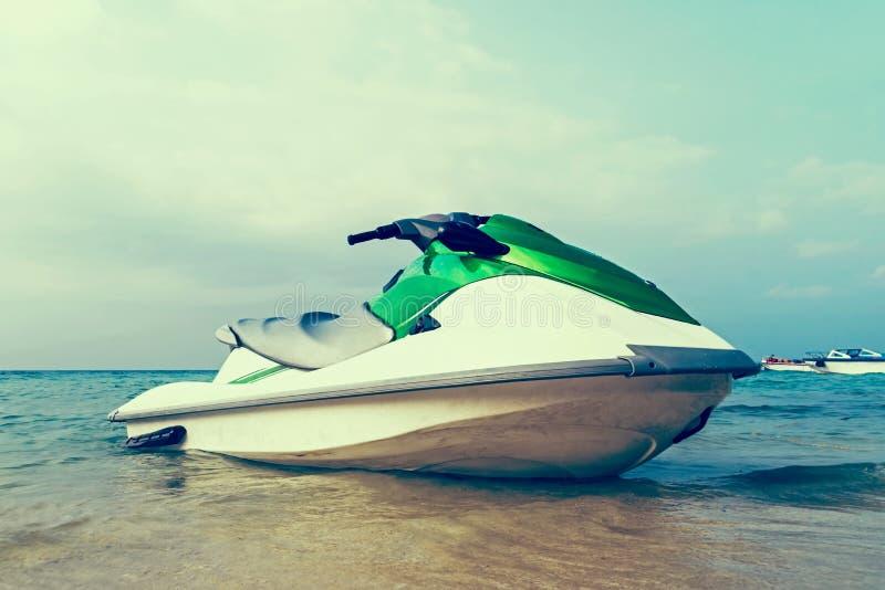 Strålen skidar förtöjt i grunt vatten av en strand royaltyfria bilder