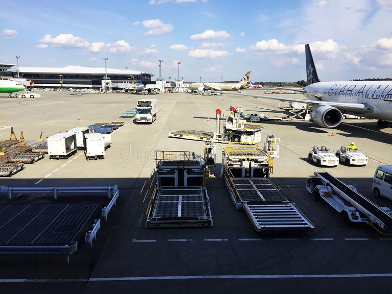 Strålflygplan på den Narita flygplatsen royaltyfria foton
