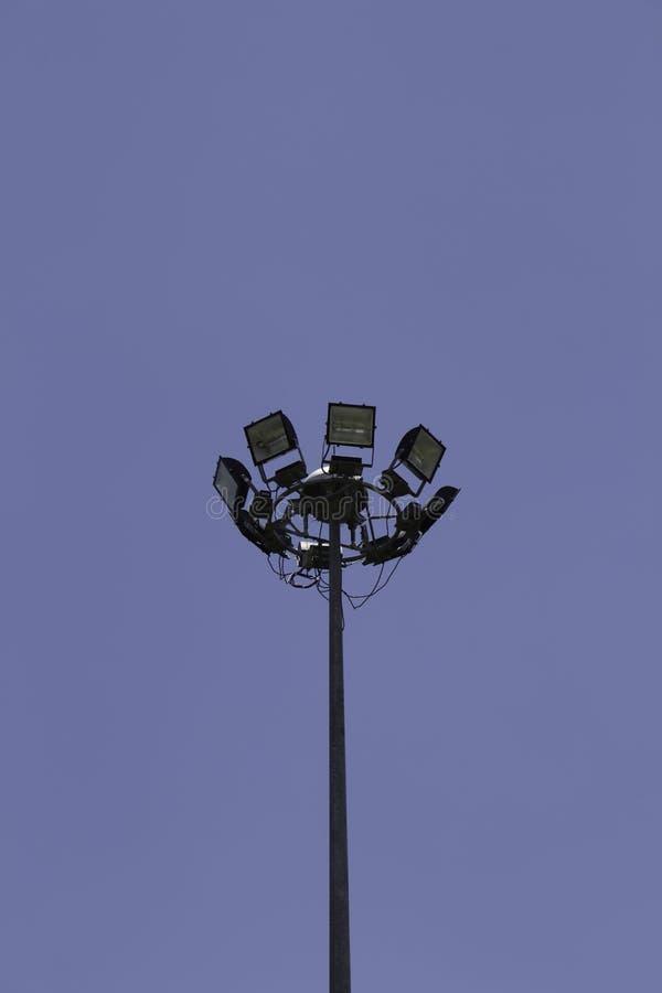 Strålkastare i bakgrund för blå himmel royaltyfri bild