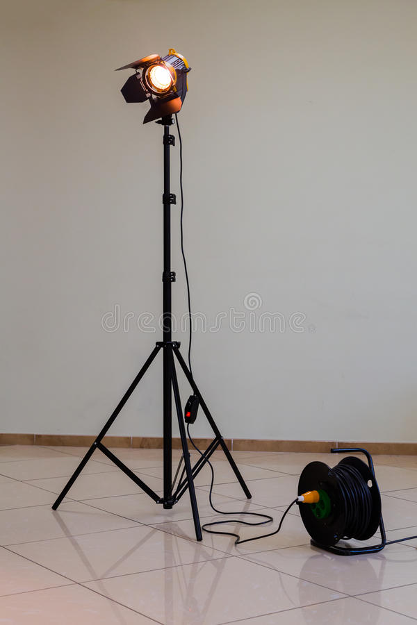 Strålkastare med halogenkulan och den Fresnel linsen Belysningsutrustning för studiofotografi eller videography royaltyfri foto