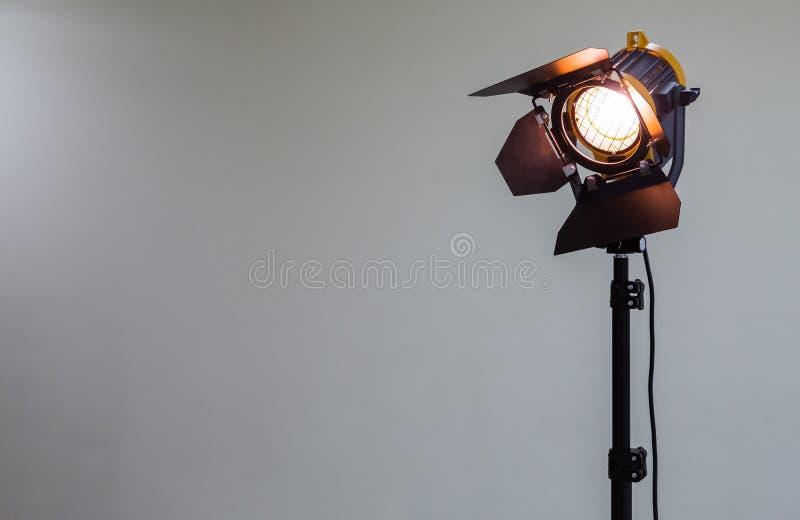 Strålkastare med halogenkulan och den Fresnel linsen Belysningsutrustning för studiofotografi eller videography arkivfoton