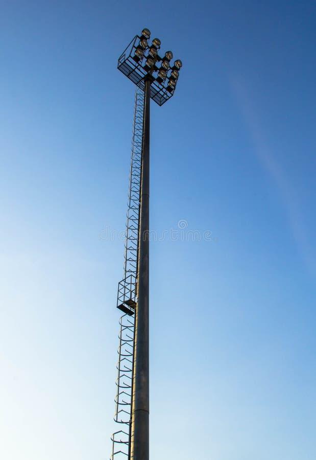 Strålkastare på belysningtorn royaltyfri bild