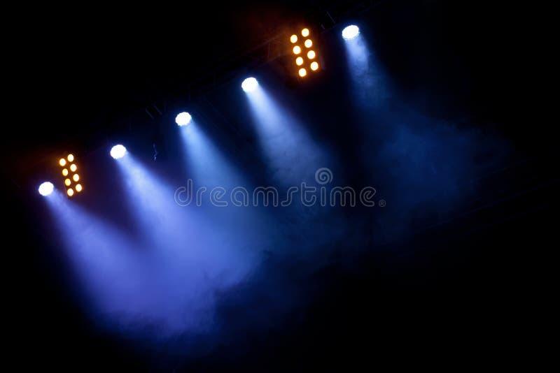 Strålkastare på etappen eller konserten arkivbild