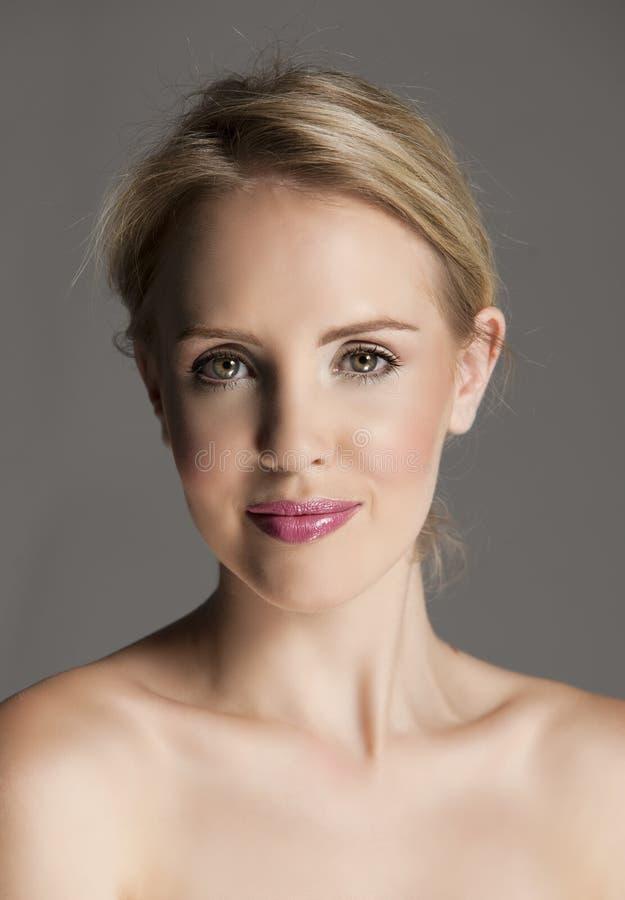 Strålningsblond kvinna med naturlig makeup och rosa kanter arkivbild