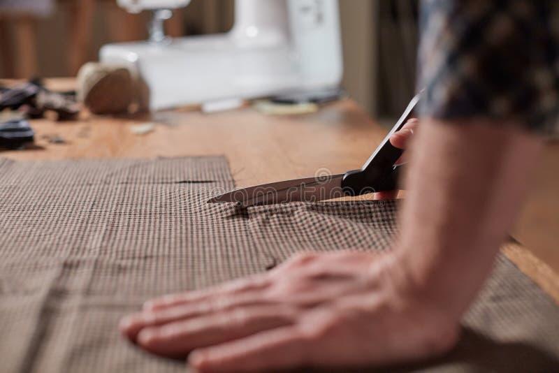 Strålningshandtag till Tailor Craftsföredraganden gör rektangulära blanksteg för band av ull Arbete fotografering för bildbyråer