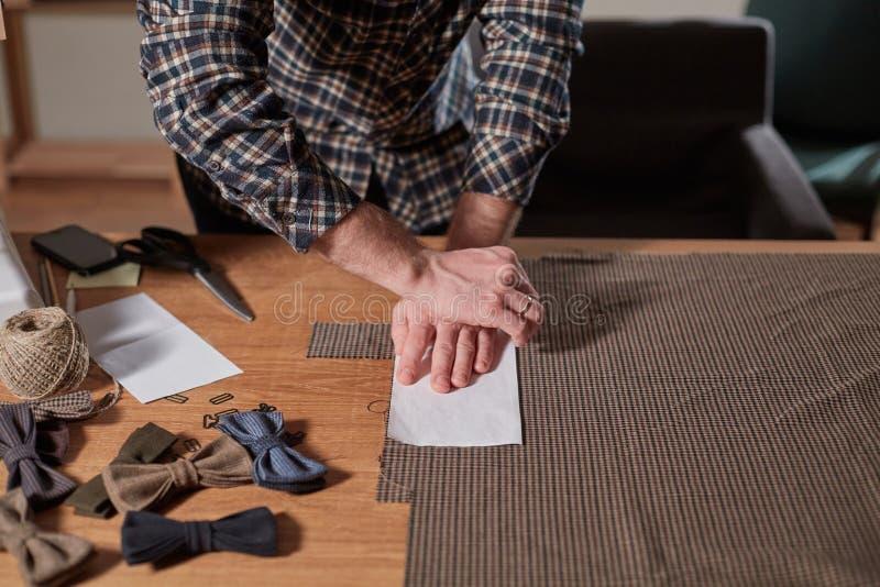 Strålningshandtag till Tailor Craftsföredraganden gör rektangulära blanksteg för band av ull Arbete royaltyfria foton