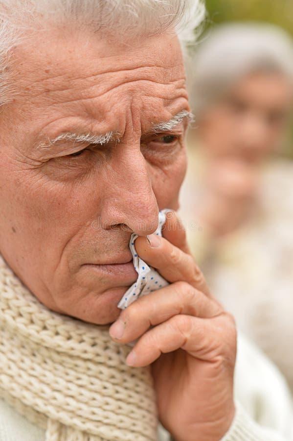 Strålningskänslig bild av en sjuk högt uppsatt man arkivfoton