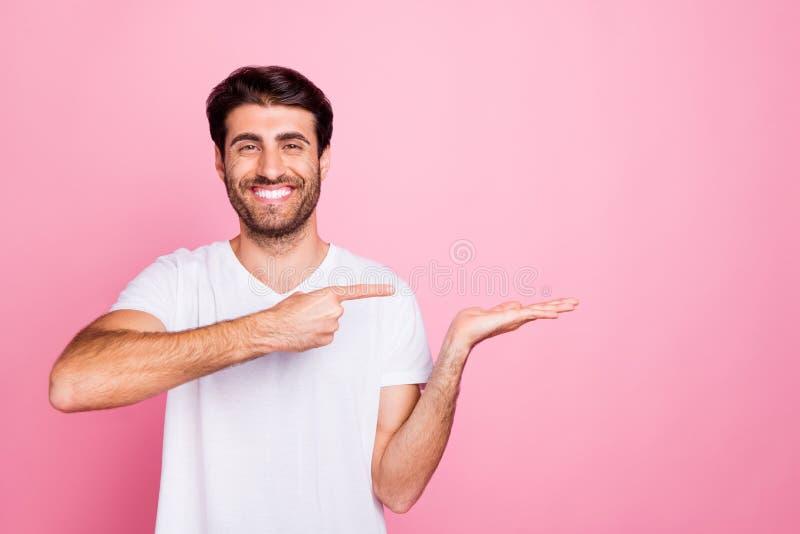 Strålningskanal av positiva, fuktiga, fuktiga, mellanliggande handpekpekfingret på annonser visar att reklam använder royaltyfria bilder