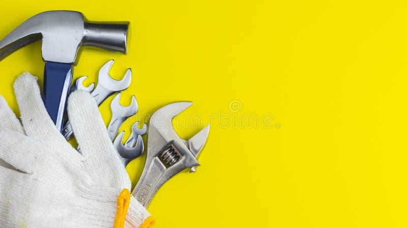 Strålningsklara verktyg Mot en gul bakgrund royaltyfri bild