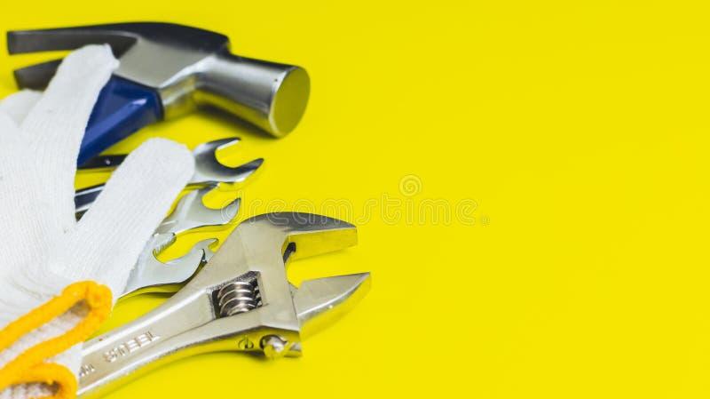 Strålningsklara verktyg Mot en gul bakgrund royaltyfri foto