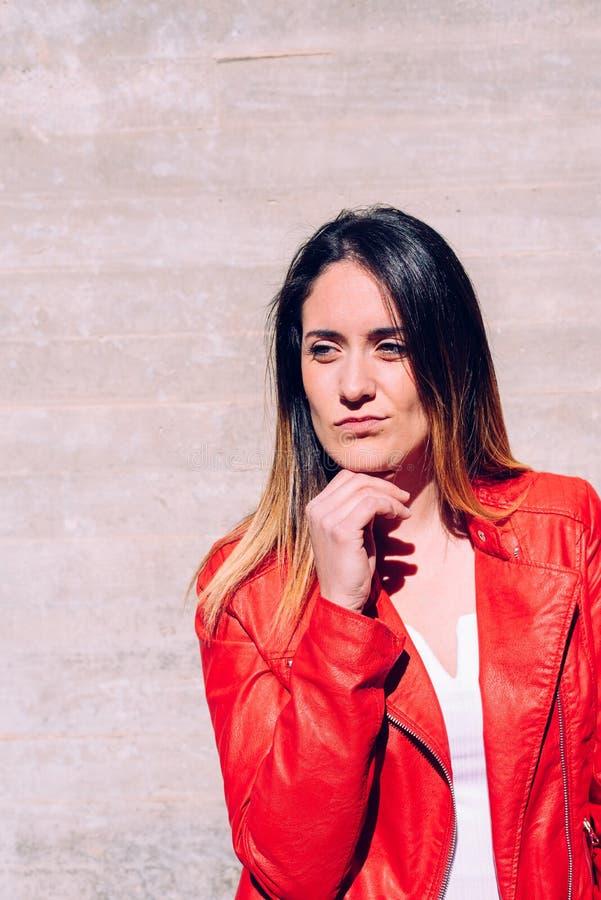 Strålningskomponenter för unga flickor i röda och blå kläder med stolta attityder till sig själv och sin ungdom fotografering för bildbyråer