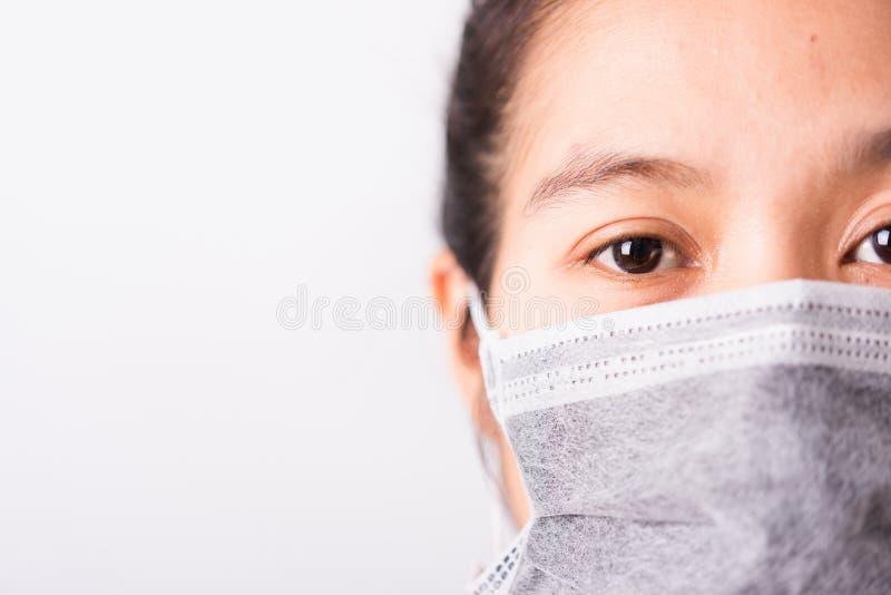 Strålningskvinna med ansiktsmask som skydd mot coronavirus eller COVID-19-virus royaltyfria bilder