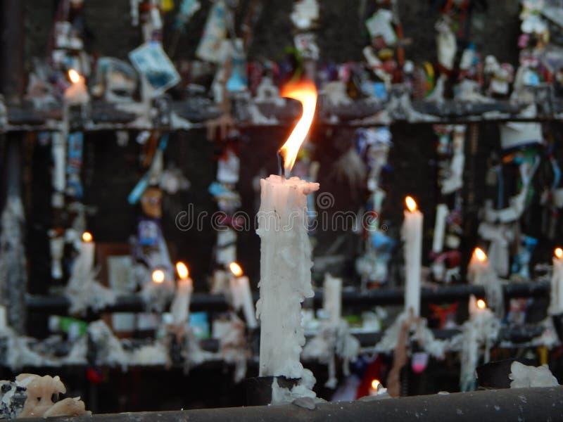 Strålningsljus framför bländade foton och andra ljus i Cerro San Cristobal, Santiago, Chile arkivbilder