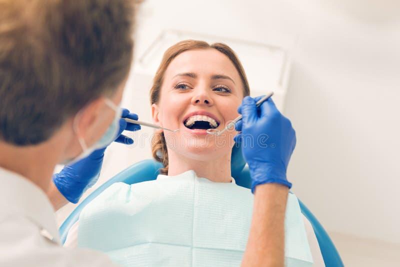 Strålningsung dam som deltar i stomatologist arkivfoton