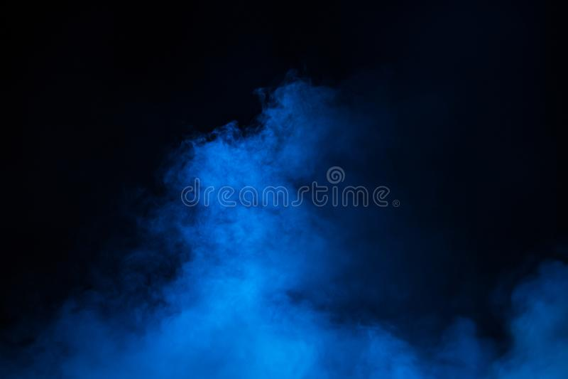 Strålsceniskstrålkastare på etappen under kapaciteten Korridorflodljus för belysning equipment Belysningformgivaren Scenisk rök royaltyfri fotografi