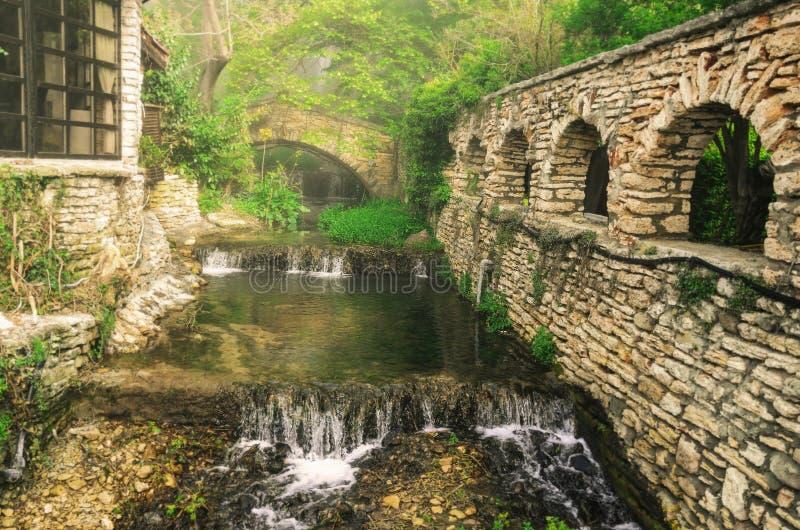 Ström av vatten i ett övergett gods arkivbilder