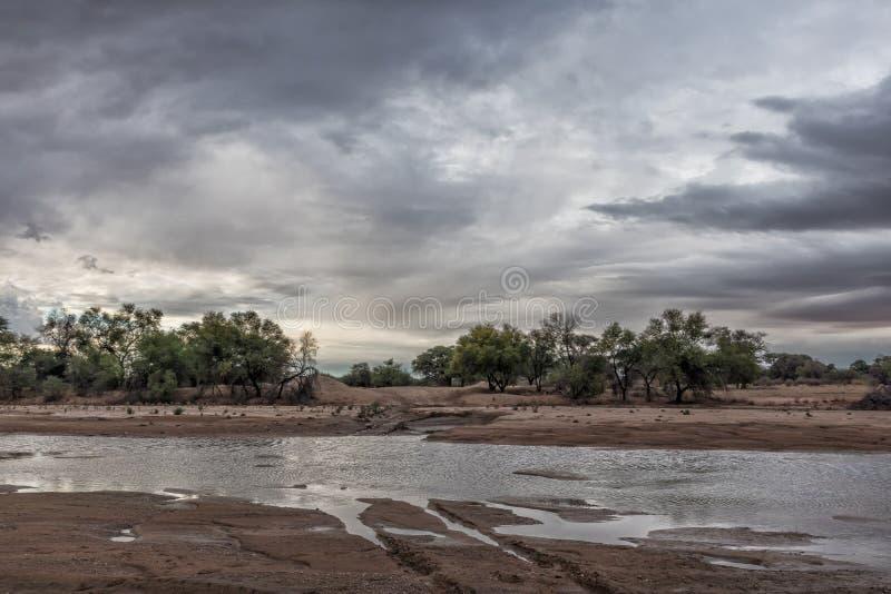 Ström på vägen till den Namibia öknen, stormig himmel arkivfoton