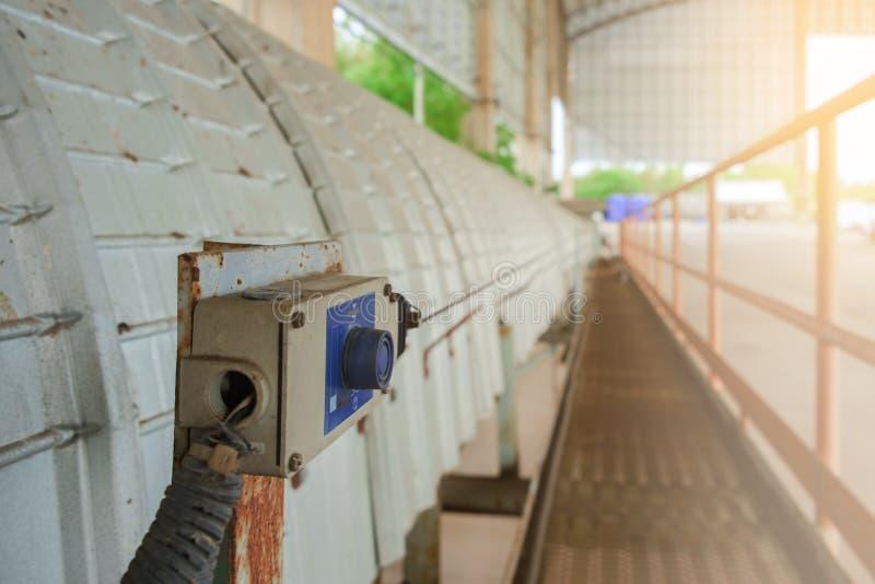 Strömbrytare för stopp för nödläge för bältetransportör som stänger av instan maskineri arkivfoto