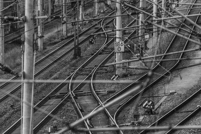 Strömbrytare, spårsystem och över huvudet linjer av en järnväg linje i Tyskland royaltyfri fotografi