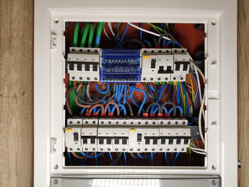 Strömbrytarebräde med automatiska switchers och säkringar arkivfoto