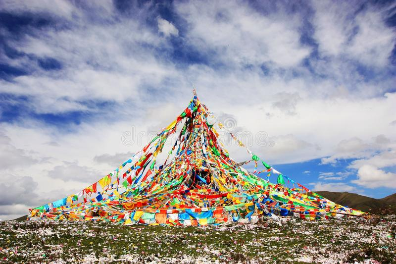 Strömen der tibetanischen Gebetmarkierungsfahne stockbilder