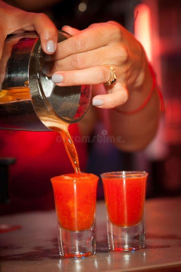 Strömende Schüsse von alkoholischen Getränken stockfotografie