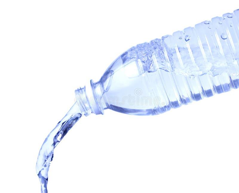 Strömende Wasser-Flasche auf Weiß lizenzfreie stockfotos