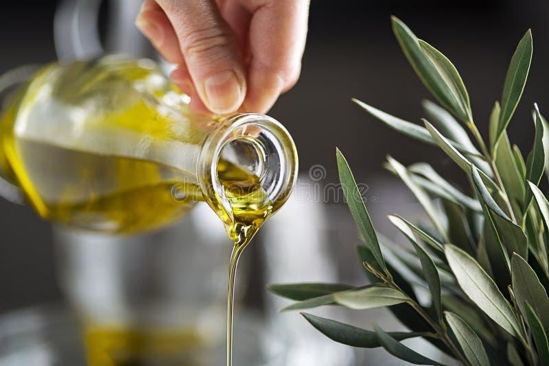 Strömender Abschluss der Olivenölflasche oben lizenzfreie stockfotografie