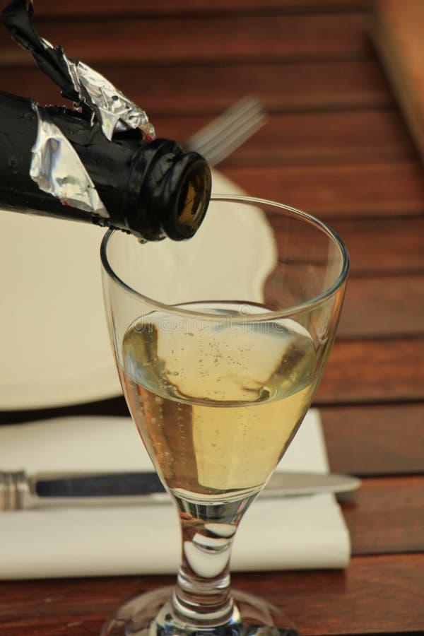 Strömender weißer Wein des Mannes lizenzfreie stockfotografie